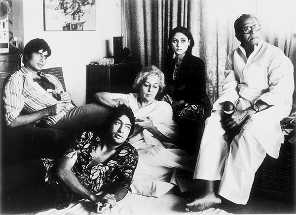 Amitabh-bachchan-with-his-father-and-mother